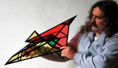 Böszörményi István szobrászművész alkotásával - Klein palack 11 síklapból. Négy egybevágó lappal, melyek két ellentétes csavarodású Möbius szalagot alkotnak.