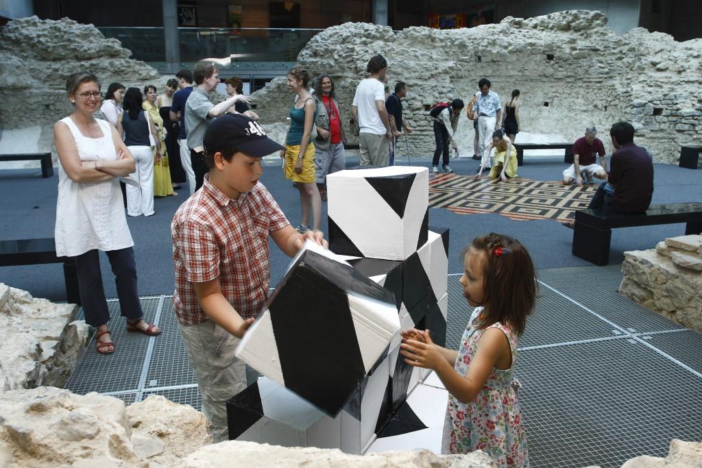 Slavik Jablan 2010-ben rendezett Do You like Paleolithic Op-Art című kiállításának megnyitóján (Kurátorok: Fenyvesi Kristóf és Hegyi Csaba).