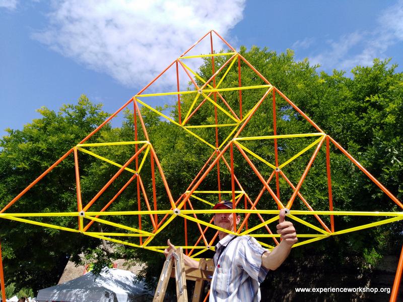 Az ÉlményMűhely gigantikus Sierpinski-gúlája a Győrkőcfesztiválon